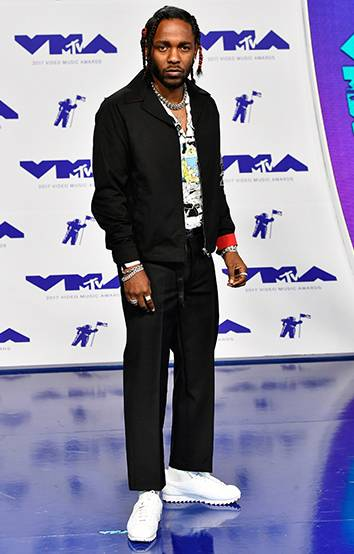 Kendrick Lamar keeps it cool and stylish in a black jacket and sneakers on the 2017 red carpet.