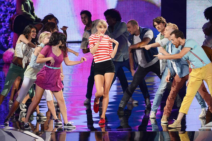 """Taylor Swift shines on the VMA stage singing the girl anthem of 2012: """"We Are Never Getting Back Together."""""""
