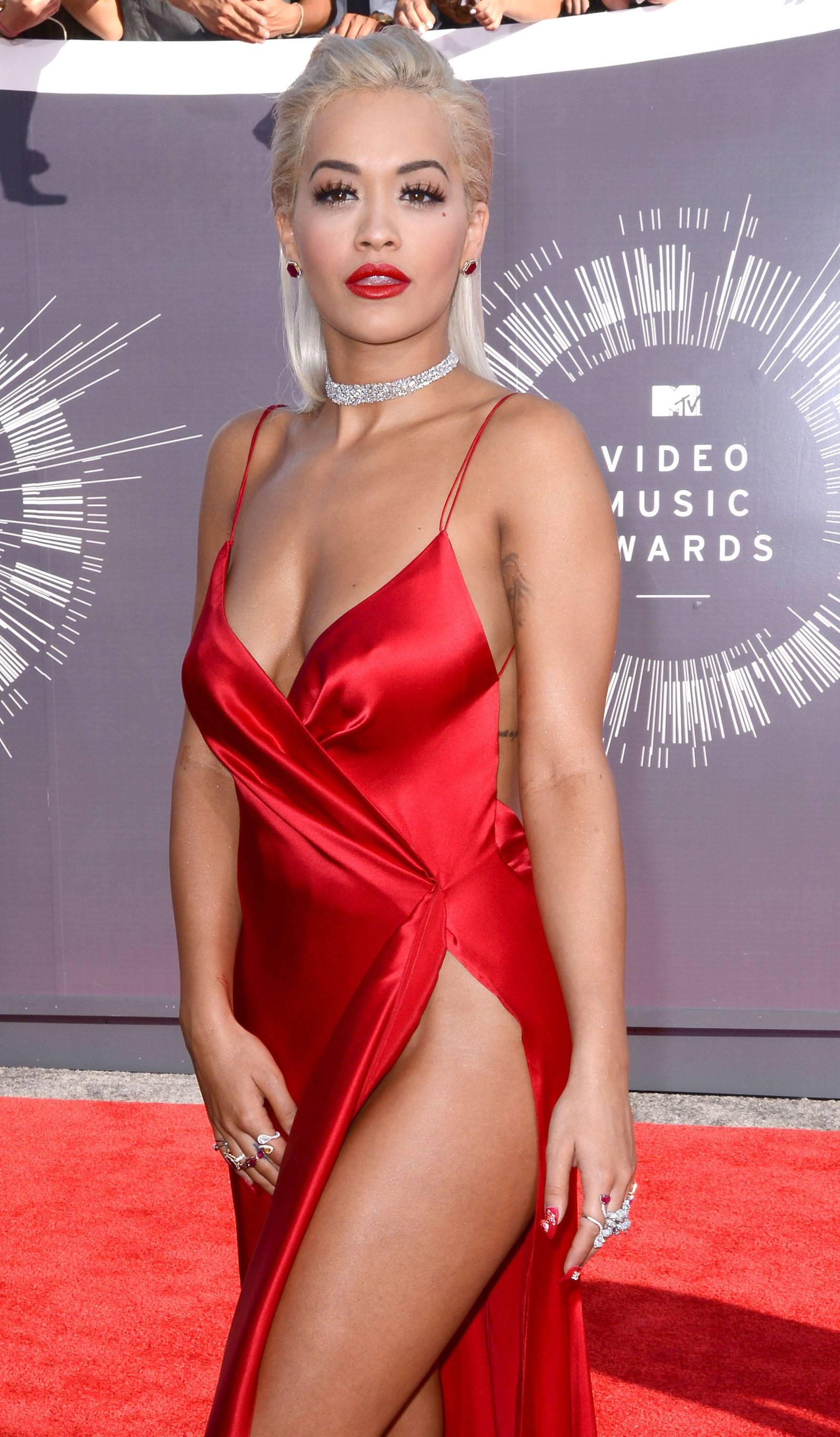 Daring to wear show off some leg, Rita Ora channels her inner silver screen siren in a silky red number on the 2014 VMA red carpet.
