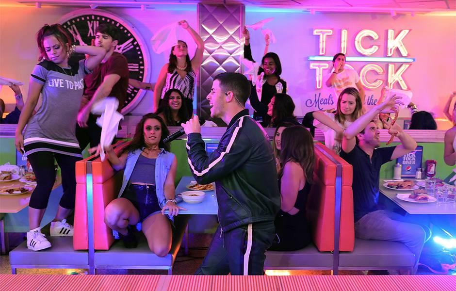 2016 VMAs   Nick Jonas Performance   940x600