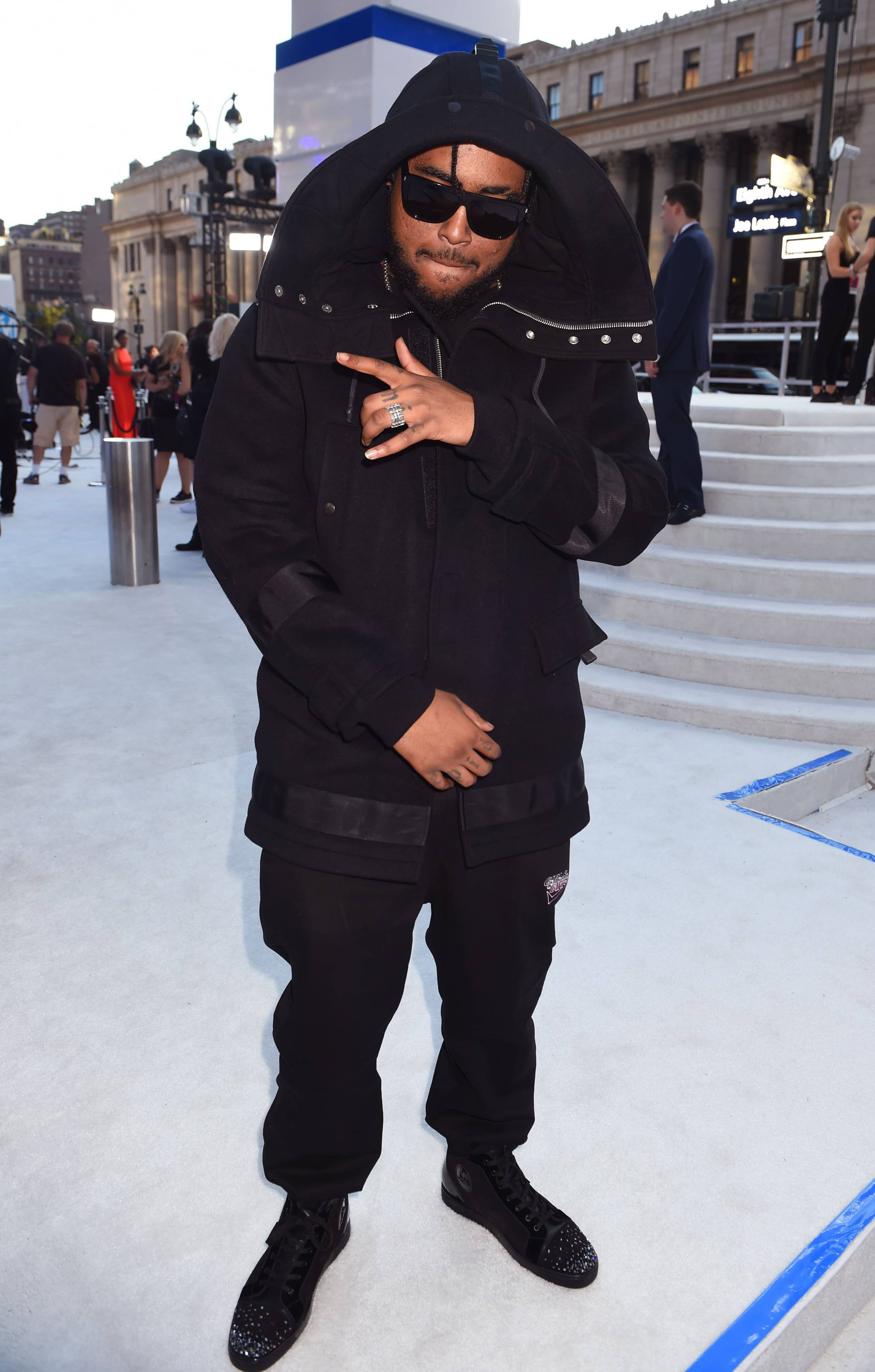 """""""We Don't Mind"""" rapper Kent Jones's casual all black look on the 2016 VMA Red Carpet."""