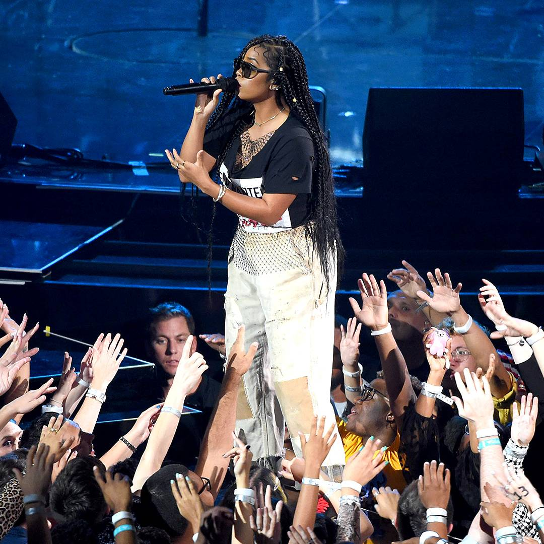 """The multitalented H.E.R. commands the crowd while singing """"Anti."""""""