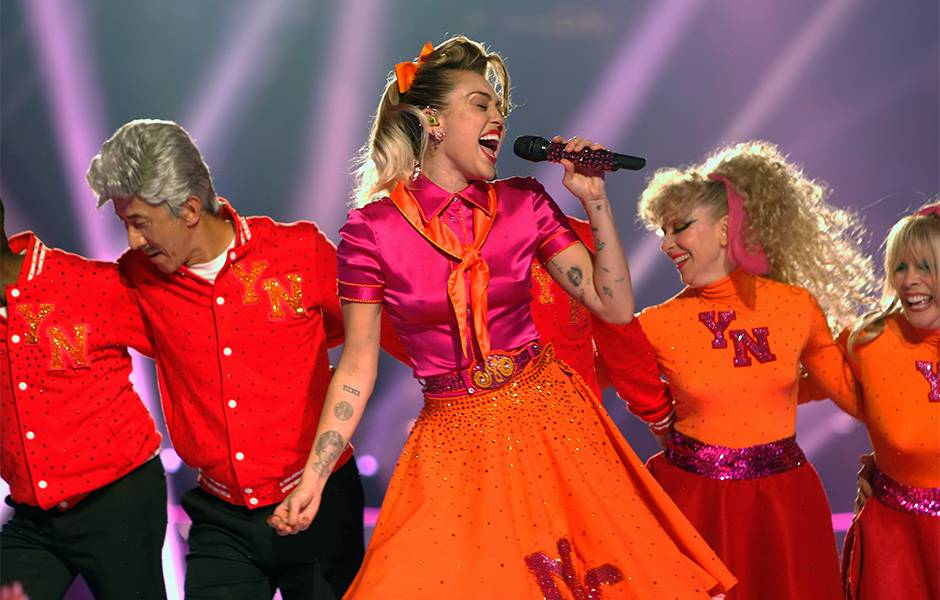 """Miley Cyrus brought a retro vibe to the 2017 VMAs for her performance of """"Younger Now"""" complete with 1950s fashion and stellar vocals."""