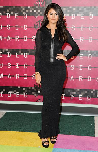 Selena Gomez brings her elegant style to the 2015 VMA red carpet in a beautiful long sleeve body forming black dress.