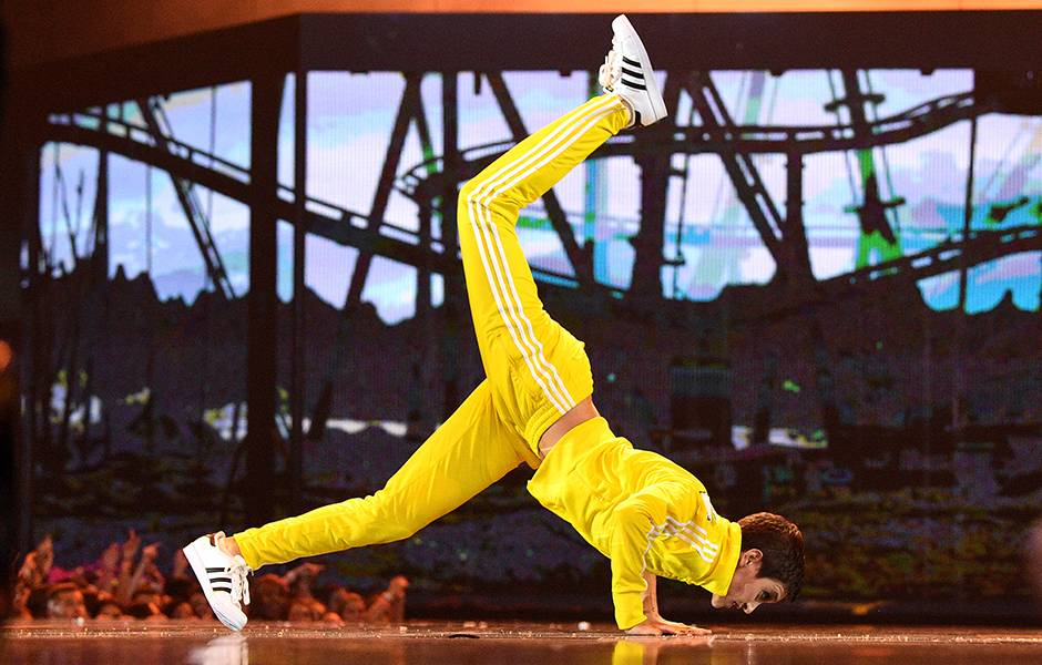 """Alyson Stoner shows off her acrobatic dance moves during """"Work It"""" at the 2019 VMAs."""