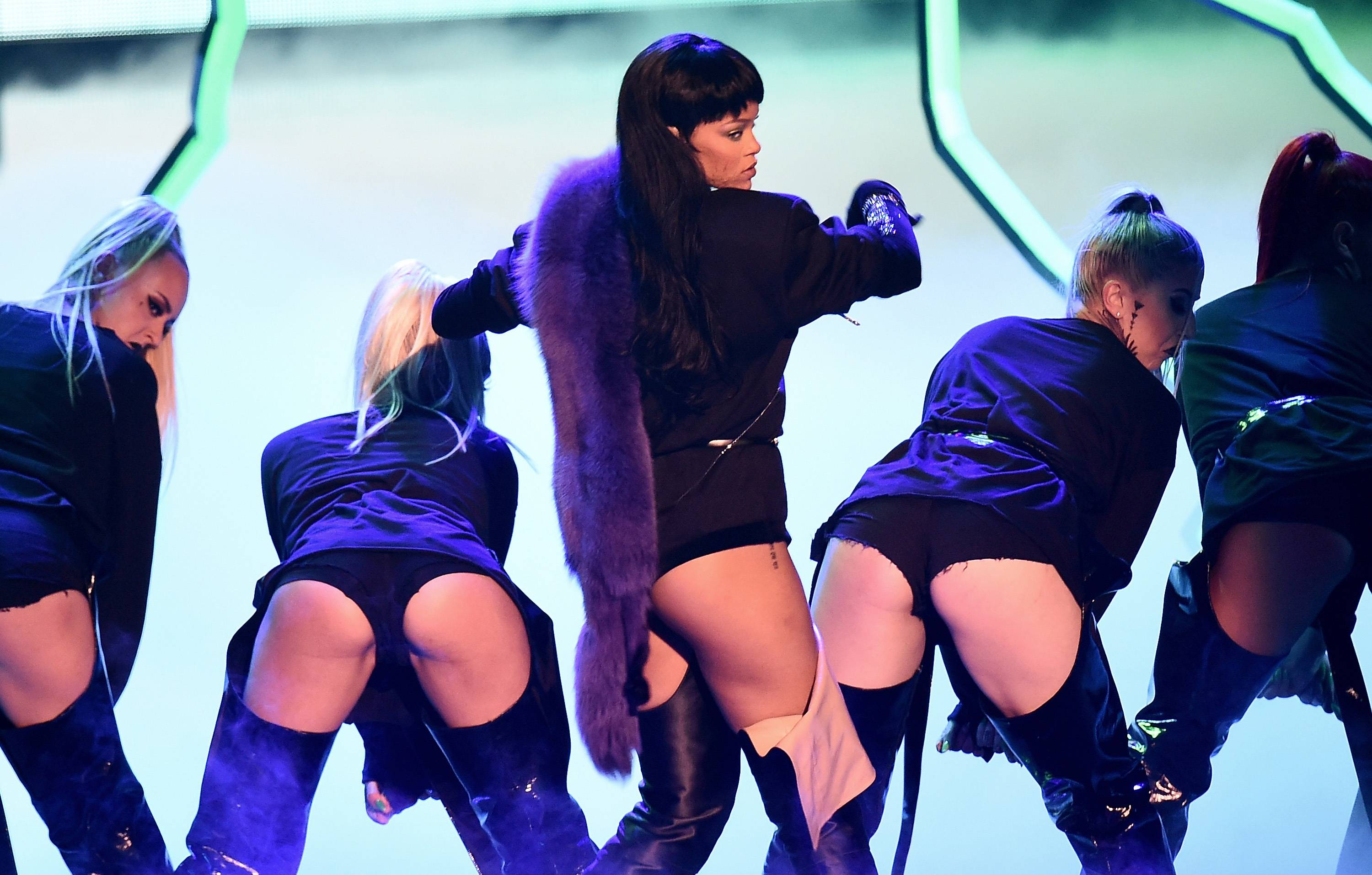 """Rihanna continues to slay in her second medley of """"""""Rude Boy / What's My Name? / Work,"""" leaving us wanting more at the 2016 VMAs."""