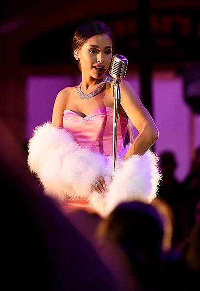 ArianaGrande'DangerousWoman'-520338882.jpg