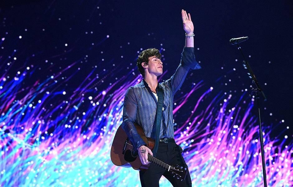 Shawn Mendes waves to fans at the 2019 VMAs.