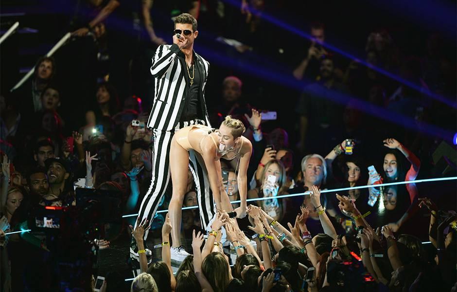 2013 VMAs   Miley and Robin Thicke Twerk   940x600