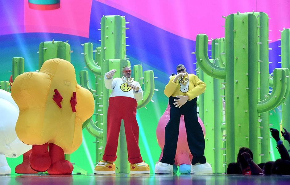 J Balvin and Bad Bunny get animated at the 2019 VMAs.