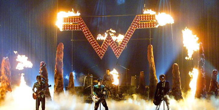 /content/ontv/movieawards/retrospective/photo/flipbooks/showstopping-musical-performances/2001-weezer-2250626.jpg