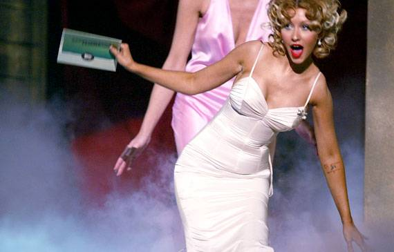 /content/ontv/movieawards/retrospective/photo/flipbooks/most-memorable-movie-awards-moments/2004-christina-aguilera-50930608.jpg