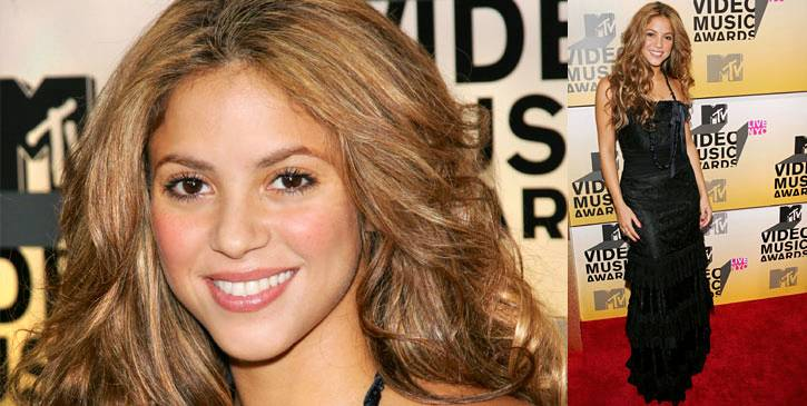 Shakira turns a floor-length gothic black gown downright cheery with her rosy smile at the 2006 VMAs.