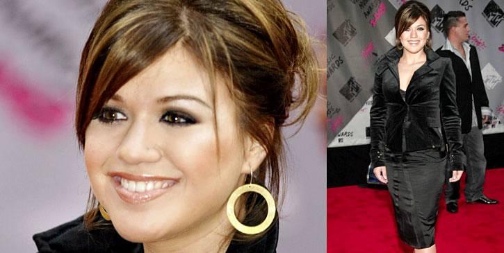 Kelly Clarkson looks stunning in black velvet, black silk, and smokey black eyeliner at the 2003 VMAs.