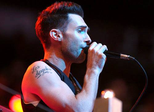 Showing off his tat, Adam Levine of Maroon 5 works the mic at the 2007 show.