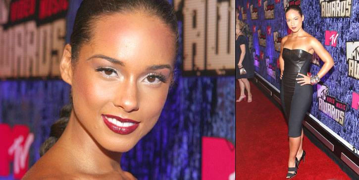 Alicia Keys offsets her hip-hugging little black dress with always-in-style berry-red lipstick, bright cat eyes, and out-to-there lashes at the 2007 VMAs.