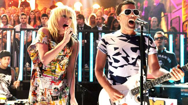 """The Ting Tings perform """"Shut Up And Let Me Go"""" with the house band during the 2008 Video Music Awards in Hollwyood."""