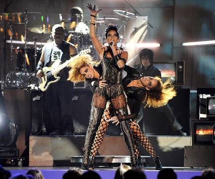 """Rihanna performs """"Disturbia/Seven Nation Army"""" at the 2008 MTV Video Music Awards in Hollywood."""