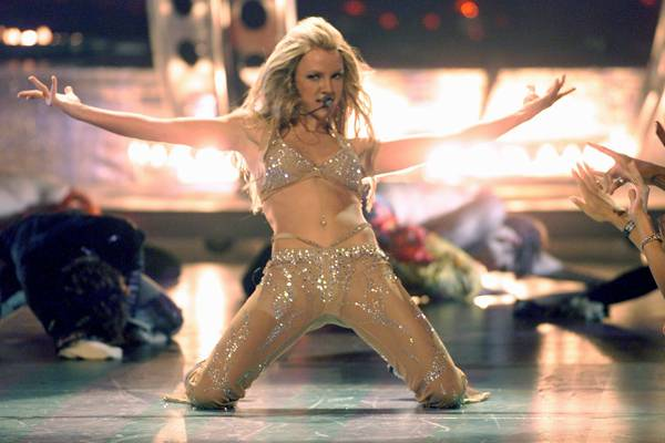 09.07.2000, New York City, NY: Britney Spears lets it all hang out at the 2000 MTV VMAs.
