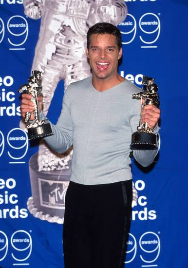 Ricky Martin teaches his two new Moonmen to shake their bon bons at the 1999 MTV Video Music Awards.