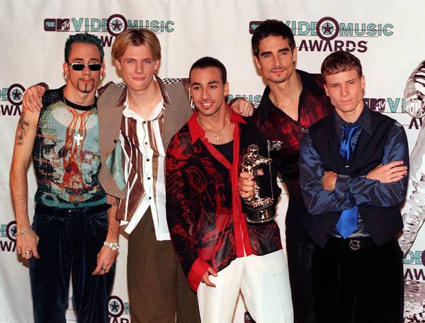 The Backstreet Boys let the Moonman become the (silent) sixth member of their VMA-winning boy band at the 1998 MTV Video Music Awards.