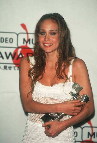 """Fiona Apple rocks her Moonman to sleep after winning Best New Artist for """"Sleep to Dream"""" at the 1997 MTV Video Music Awards."""