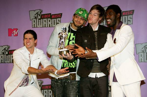 Gym Class Heroes immediately create a human pedestal to display their Moonman after the 2007 MTV Video Music Awards.