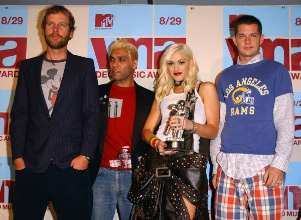 The attractive members of No Doubt pose alongside another beauty, a gleaming silver Moonman, at the 2002 MTV Video Music Awards.
