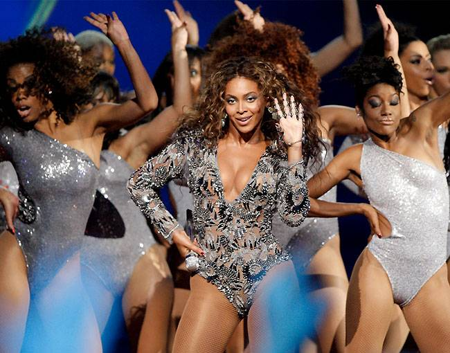 """Beyoncé performs """"Single Ladies (Put A Ring On It)"""" on stage at the 2009 MTV Video Music Awards in New York City."""