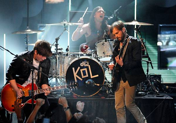 /content/ontv/movieawards/retrospective/photo/flipbooks/showstopping-musical-performances/2009-kings-of-leon-88091977.jpg