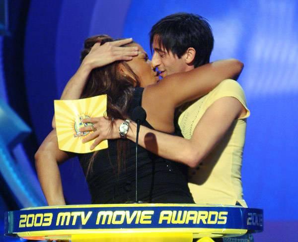 /content/ontv/movieawards/2010/photo/flipbook/lip-locking-celebs/2003-queen-latifah-adrien-brody-2046067.jpg