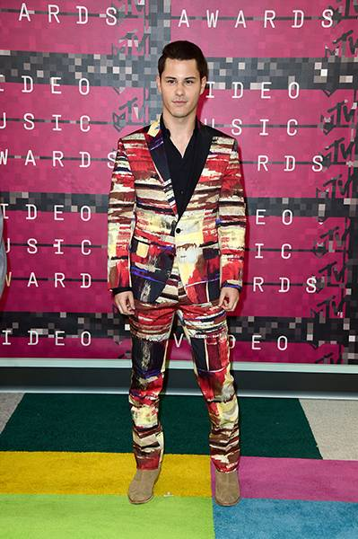 Going the unexpected route of a head-to-toe print suite, 'Faking It' star Michael J Willett makes a bold statement on the 2015 carpet.