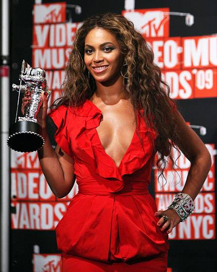 Beyoncé graciously shares the spotlight with her latest Moonman at the 2009 Video Music Awards.