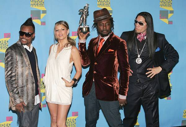The Black Eyed Peas strike a pose with their 2006 Best Hip-Hop Video Moonman.