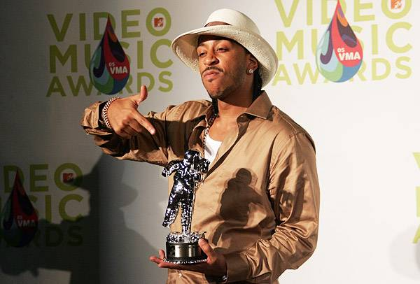 """Ludacris displays his 2005 Best Rap Video Moonman in his """"Number One Spot"""" -- right in the palm of his hand."""