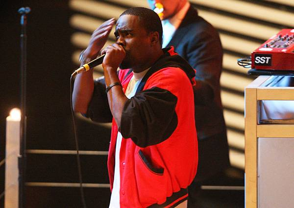 """Akon and Mark Ronson perform """"Smack That"""" at The Palms Casino & Resort at the 2007 MTV Video Music Awards."""