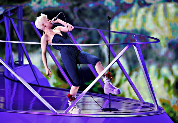 Robyn performs on stage with House Artist deadmau5 during the 2010 MTV Video Music Awards.