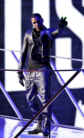 Jason Derulo performs on stage with House Artist deadmau5 during the 2010 MTV Video Music Awards.