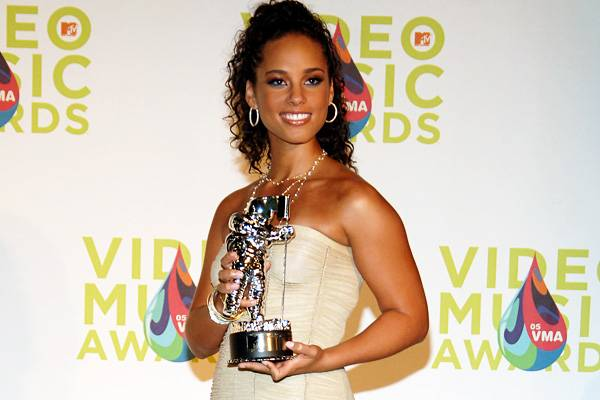 """Songstress Alicia Keys triumphantly holds her Moonman after winning Best R&B video for her hit song """"Karma"""" at the 2005 MTV Video Awards."""