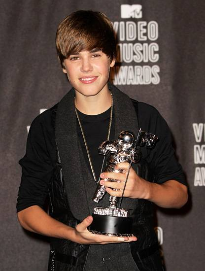 Pop and R&B sensation Justin Bieber nabs his first ever Moonman after being crowned Best New Artist at the 2010 MTV Video Music Awards.