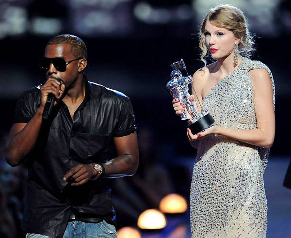 /content/ontv/vma/2014/photos/flipbooks/taylor-swift-at-the-vmas/kanyewest_taylor_swift_getty16951149.jpg