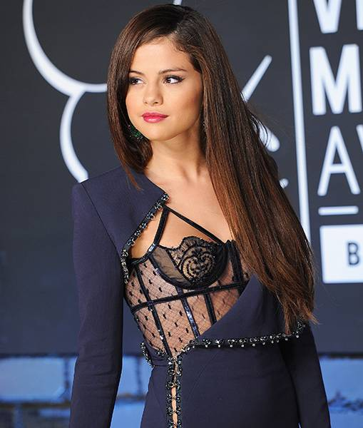 Pop-princess Selena Gomez took a major risk in a revealing navy corset top on the red carpet at the 2013 Video Music Awards.