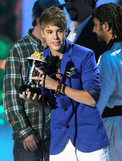 /content/ontv/movieawards/retrospective/photo/flipbooks/most-memorable-movie-awards-moments/2011-justin-bieber-best-jaw-dropping-performance-115271477.jpg
