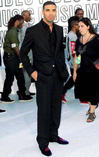Actor-turned-rapper Drake keeps it cool in a chic and simple black suit and smoking shoes at the 2010 VMAs.