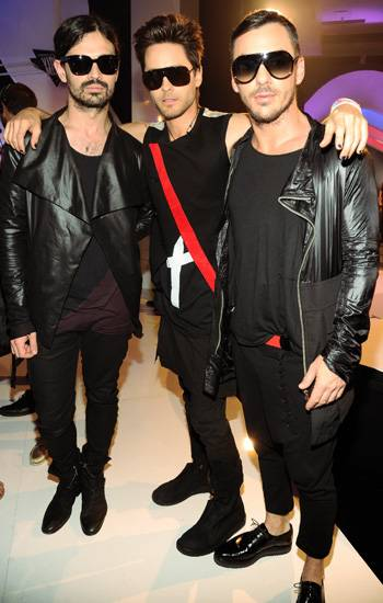 The members of 30 Seconds To Mars seem to have a similar kind of style on the 2011 VMA red carpet. Black sunglasses, black skinnies, black shoes... and you've got yourself a matching band!