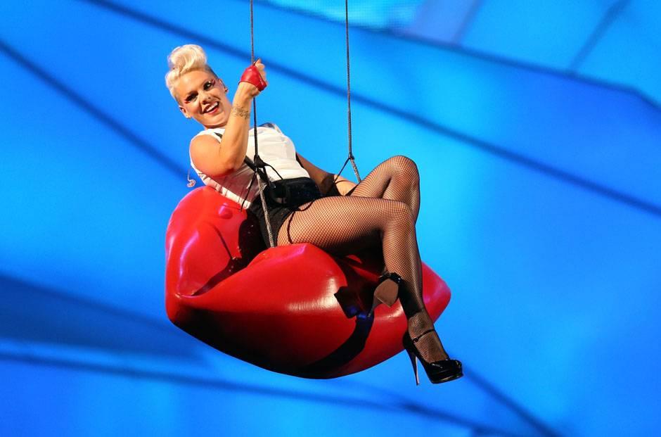 /content/ontv/vma/2012/photos/flipbooks/12-show-highlights/pink_getty151386946.jpg