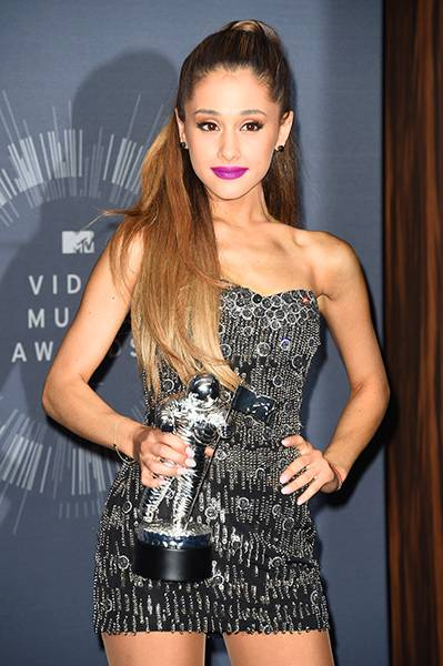 """Ariana Grande proudly shows off her 2014 Best Pop Video Moonman for """"Problem"""" in a stage-ready outfit."""