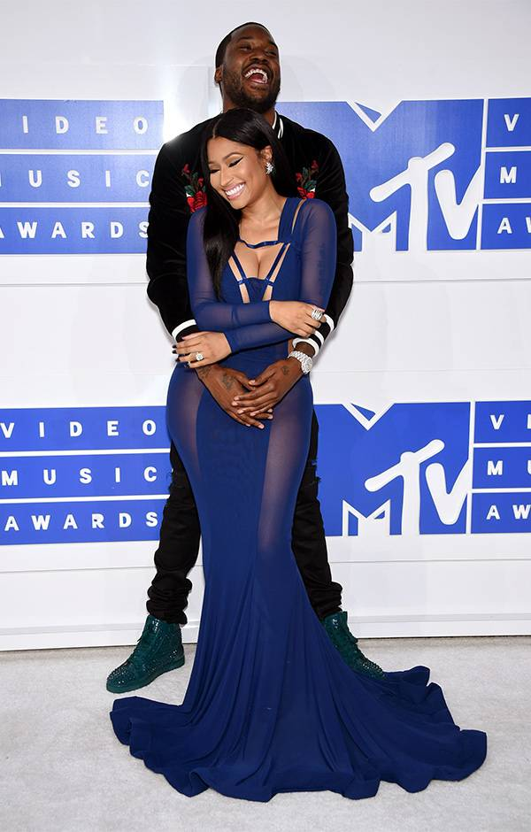 Rappers Nicki Minaj and Meek Mill shared a laugh and embrace on the 2016 VMA red carpet.