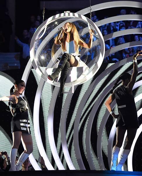 EMA 2014   Showstopping Performances Ariana Grande   486x600