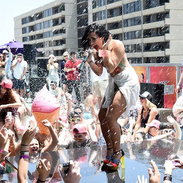 mgid:file:gsp:scenic:/international/mtvla.com/demi-lovato-fall-at-summer-party-performance-video-1.jpg